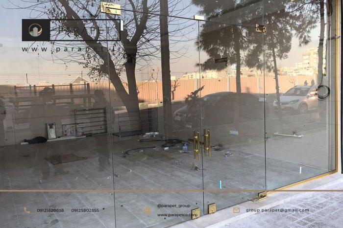 درب شیشه ای تجاری با اتصالات طلایی
